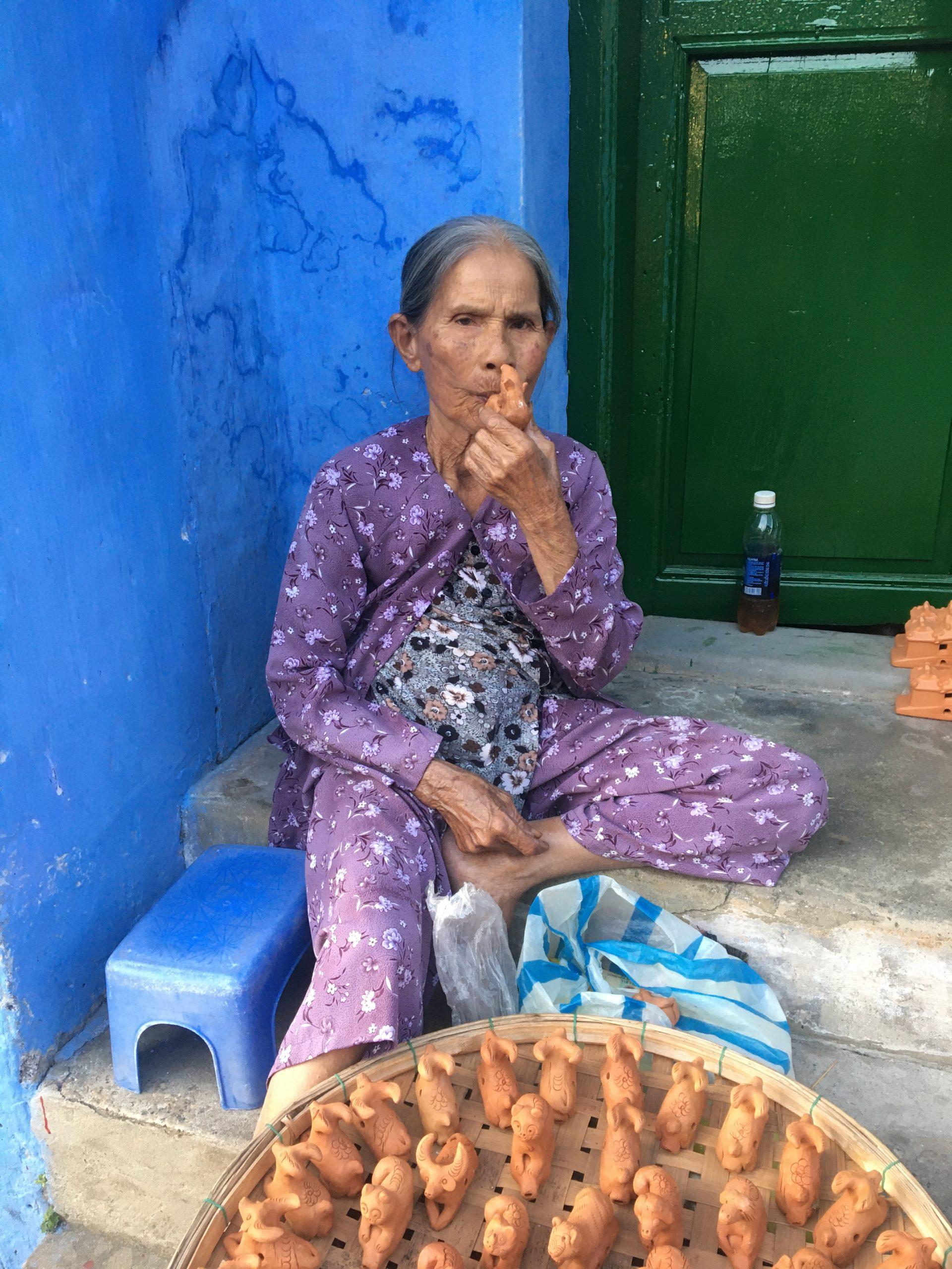 old woman wisseling vietnam hoi an